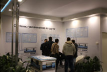 Посетители выставки «Мир Климата 2015» изучают стенд компании Buhler-AHS с адиабатической системой увлажнения воздуха