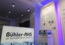 Демонстрационный зал систем увлажнения Buhler-AHS с работающими   форсунками